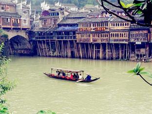 小河流水人家 微风细雨中游览凤凰古城