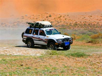 在巴丹吉林沙漠高歌