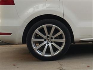 从不抱怨 夏朗更换轮胎重上路