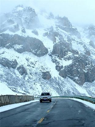 岷山被层层白雪覆盖