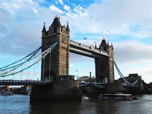 叹伦敦塔桥宏伟壮观