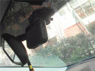 防止碰瓷有妙招 福克斯安装行车记录仪