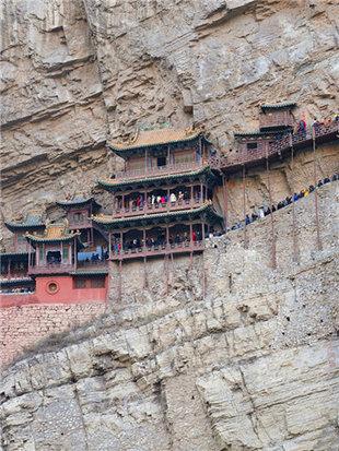 悬空寺挂于峭壁之上
