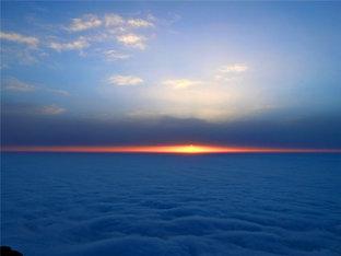 观赏峨眉山日照金顶
