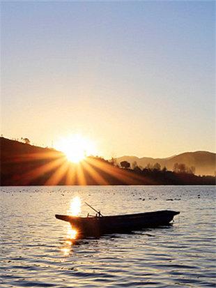 欣赏泸沽湖夕阳西下