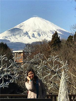 伫立霓虹国富士山下