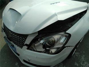 并线需谨慎 爱车遭遇追尾事故