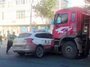 每周车事 货车撞执法车后逃逸