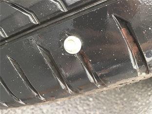 注意行车安全 锐志被螺钉扎胎