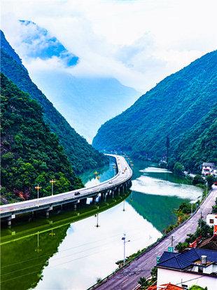 盘桓蜿蜒在香溪河上