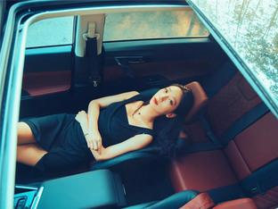 """""""网红地""""打卡 小黑裙长腿少女请上车"""