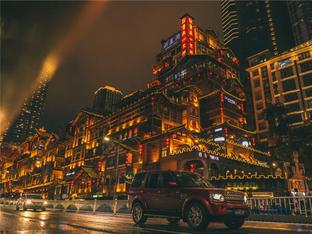 穿过人潮汹涌 与山城重庆的夏日初遇