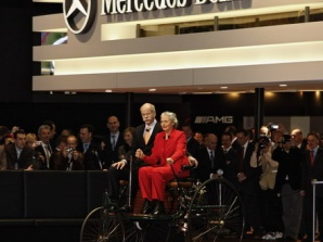 奔驰宣布从( )年起将正式冠名上海演艺中心为梅赛德斯-奔驰高清图片