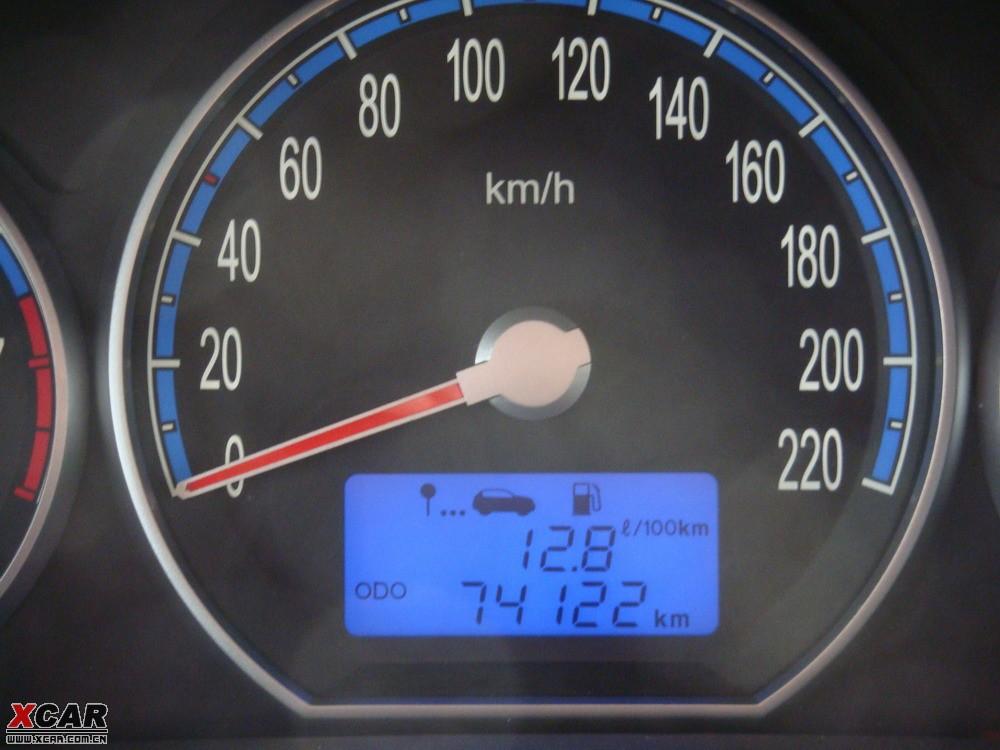 图示新胜达仪表盘油耗,行使公里数等显示高清图片