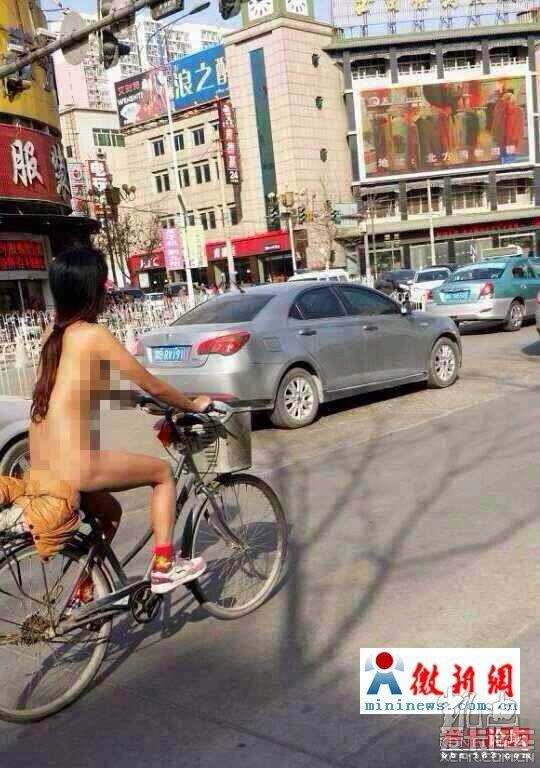组图:美女上街 一丝不挂