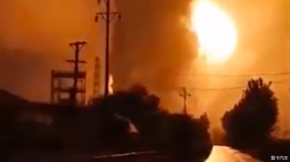 河南登封一工厂爆炸火光冲天