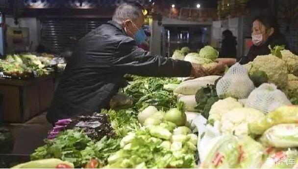 菜比肉贵?近期蔬菜涨价背后的原因:受连续降雨影响导致运输成本增加