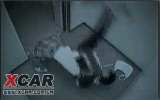电梯中美女反抗劫匪全过程